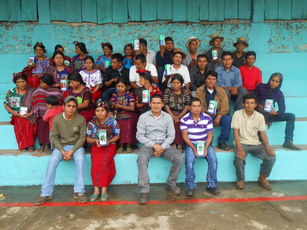 Women and men of ASOIxil with Manuel Laynez Anay, the organization's President (front, center).